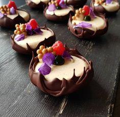 Vanilla raspberry and manjari pastry pastrychef patisserie dessertmasters dessert valrhona silikomartprofessional sodersgourmet… Fancy Desserts, Just Desserts, Delicious Desserts, Yummy Food, Gourmet Desserts, Gourmet Foods, Cake Recipes, Dessert Recipes, Dessert Bowls