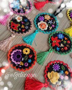 Excellent simple ideas for your inspiration Crochet Fabric, Crochet Motif, Crochet Designs, Crochet Flowers, Crochet Patterns, Crochet Mandala, Textile Jewelry, Fabric Jewelry, Beaded Embroidery