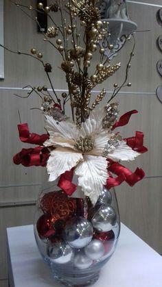 Christmas Vases, Christmas Candle Decorations, Christmas Flower Arrangements, Simple Christmas, Christmas Diy, Beautiful Christmas, Nordic Christmas, Modern Christmas, Christmas Presents