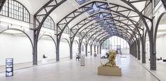 Bild mit einer Ansicht der Ausstellung Body Pressure. Skulptur seit den 1960er Jahren in der historischen Halle des Hamburger Bahnhofs.