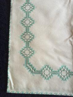 Mantel punto yugoslavo Swedish Embroidery, Hardanger Embroidery, Ribbon Embroidery, Embroidery Stitches, Bargello Needlepoint, Needlepoint Patterns, Huck Towels, Swedish Weaving Patterns, Chicken Scratch