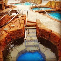 Melhor do que contar até 10 pra relaxar, é um banho de ofurô. Além dos benefícios terapêuticos, ajuda a melhorar a circulação sanguínea e a qualidade da pele. Os hóspedes da Pousada Magic City podem desfrutar dessas maravilhas aqui na #CidadeMágicaDaDiversão ❤ Clique e garanta sua vaga na Pousada Magic City!  #hotel #viagem #pousada #descanso #pousada #familia #amigos #pool #paisagem #paraiso #natureza #nature #amazing #piscina #diversao #funtimes