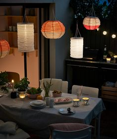 Forget cables and plugs with a smart lamp that can turn the sun's rays into electricity. With IKEA SOLVINDEN solar-powered pendant lamps you decrease your negative climate footprint AND get cosy lighting. Ikea Portugal, Ikea Outdoor, Outdoor Lamps, Green Centerpieces, Al Fresco Dining, Cozy House, Garden Furniture, Diy Home Decor, Sweet Home