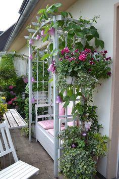 "Terrasse / Balkon 'Balkon ""sickly-sweet""' - flowery - Zimmerschau - Montse Toyos Mendez - Dekoration / balcony & # balcony ""sickly-sweet"" & # - flowery - room show - Hidden Garden, Lawn Edging, Backyard Lighting, Balcony Design, Balcony Ideas, Garden Signs, Flower Planters, Decoration Table, Succulents Garden"