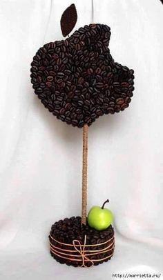 Usa granos de café para crear diversas manualidades muy fáciles de hacer. Puedes crear topiarios, esferas, flores, cuadros, banners o diver...