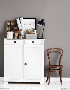 tuoli,lipasto,senkki,pöytälamppu,työhuone
