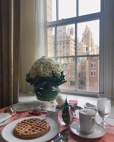 Bom dia! Não tem forma melhor de começar o dia  Café da manhã no meu quarto do @thepierreny com a vista mais linda de #nyc e flores especiais  #morning #nyfw #thepierreny #tajhotels #fhitsny