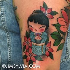 Japanese Kokeshi doll on the arm. Cute Tattoos, Tatoos, Color Tattoos, Kokeshi Tattoo, Geisha Japan, Doll Drawing, Kawaii Tattoo, Doll Tattoo, Lolo
