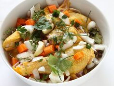 GALLO ALLA PROVENZALE 2/5 - Pulite il gallo, fiammeggiatelo e dividetelo a pezzi. Pulite la carota e i cipollotti e tagliateli a pezzetti. Adagiate i pezzi di carne in una terrina, irrorateli con il vino, aggiungete le carote, i cipollotti e la metà delle erbe aromatiche spezzettate. Lasciate marinare per almeno un'ora.