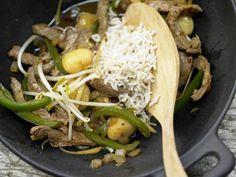 Asiatisches Rindfleisch aus dem Wok mit Paprika und Sprossen: Das asiatische Rindfleisch ist schnell gebraten und reich an Geschmack und Vitalstoffen.