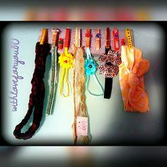 Perchero con pinzas decoradas para tener todo bien organizado como diademas, gomas, clips para el pelo, cintas ...