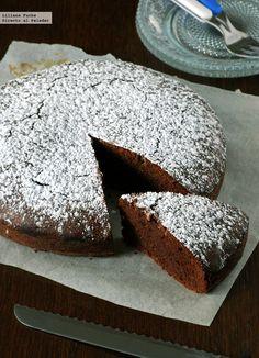 Me ha vuelto a pasar. El día que horneé este pastel de chocolate y avellana sin gluten tenía pensado hacer otro bizcocho, pero me encontré con esta receta y ...