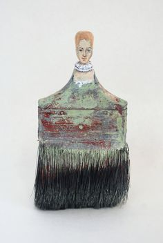 Portrait Brushes Artist Rebecca Szeto identifies both anonymous and historically significant women to depict atop the carved handles of old used paint brushes. From the first woman to graduate with a degree in architecture from MIT to a Chibok. Art From Recycled Materials, Recycled Art, Repurposed, Paint Brush Art, Paint Brushes, Colossal Art, Junk Art, Painted Ladies, Creative Portraits