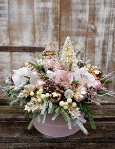 Christmas Flower Arrangements, Christmas Flowers, Pink Christmas, Winter Floral Arrangements, Winter Christmas, Christmas Advent Wreath, Christmas Door Decorations, Christmas Centerpieces, Christmas Crafts