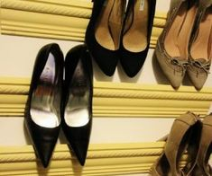 These DIY shoe rack ideas will cover all your shoe storage needs while improving your home decor at the same time. Recycling Projects For Kids, Diy Home Decor Projects, Easy Diy Projects, Mason Jar Crafts, Mason Jar Diy, Outdoor Shoe Storage, Creative Shoes, Creative Ideas, Diy Ideas