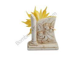 Carinissima rappresentazione a rilievo angelo custode, in polvere di marmo di carrara ricomposta in resina... con una bellissima coccarda portaconfetti!!!