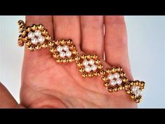 Easy And Stylish Bead Bracelet Making. The construction is quite easy … - new season bijouterie Beaded Bracelets Tutorial, Necklace Tutorial, Beaded Bracelet Patterns, Jewelry Patterns, Seed Bead Jewelry, Bead Jewellery, Diy Jewelry, Beaded Jewelry, Jewelry Making