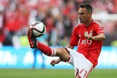 Jonas Benfica Skills Football, Sports, Deadshot, Soccer, Pistols, Pictures, Hs Sports, Futbol, American Football