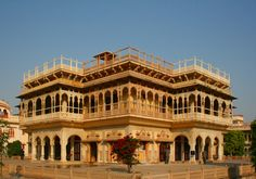 𝐂𝐢𝐭𝐲 𝐏𝐚𝐥𝐚𝐜𝐞-𝐉𝐚𝐢𝐩𝐮𝐫 One of the popular Jaipur tourist attractions, is famous for its serene amalgamation of rich Rajasthani and Mughal architecture. City Palace Jaipur, Jaipur Travel, Weather In India, Mughal Architecture, India Travel Guide, Bolivia Travel, Visit India, India Tour, Most Beautiful Cities