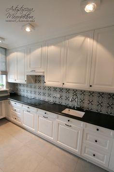zabudowa okapu w klasycznej kuchni, kuchnie klasyczne stylowe białe, custom kitchen cabinets, white traditional kitchen with black countertop