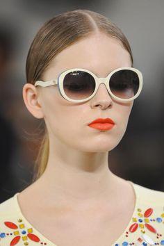 Hot combo: labios vibrantes + lentes de sol  http://www.glamour.mx/especiales/verano/articulos/accesorios-moda-belleza-maquillaje-labial-lentes-de-sol-verano-2013/1616