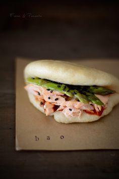 Bao Buns de aceite de coco, salmón al vapor con lemongrass, espárragos y Kimchi.  By Fresa & Pimienta