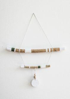 inspo: wooden wall hanging - Design: The Hidden Adventure. Material: Wood, ceramic & yarn. ähnliche tolle Projekte und Ideen wie im Bild vorgestellt findest du auch in unserem Magazin