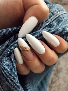 White acrylic nails white and gold Gold Acrylic Nails, Acrylic Nails At Home, Almond Acrylic Nails, Gold Nails, White Almond Nails, White Nails, Black Nails, Cute Acrylic Nail Designs, White Nail Designs