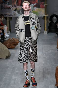 See all the Collection photos from Liam Hodges Spring/Summer 2019 Menswear now on British Vogue Men's Fashion, Mens Fashion Week, Kimono Fashion, Unique Fashion, Fashion Trends, Bohemian Style Men, Young T, Beautiful Suit, La Mode Masculine