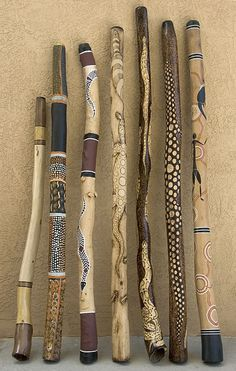 Afrika Deko im eigenen Wohnraum: ein Artikel für alle Afrika-Liebhaber Broom Handle Inspiration African Art Inspired Walking Sticks. These would be fun to make with the Grandkids. Paint or Woodburn. Painted Driftwood, Driftwood Art, Wood Sticks, Painted Sticks, Rain Sticks, Spirit Sticks, Broom Handle, Didgeridoo, Walking Sticks And Canes