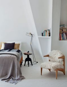 Super relaxed bedroom. I can picture myself on that bed, flipping through a big pile of magazines :-).