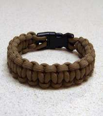 DIY Paracord bracelets - great gift idea for camping peeps.  I think I'll make my dog a paracord collar....