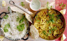 Couve-flor grelhada servida com molho indiano VEGAN Veja a receita de Jamie Oliver