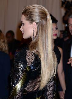 A modelo inglesa Rosie Huntington-Whiteley com um penteado discreto, apanhado em cima. #casamento #penteados #noivas
