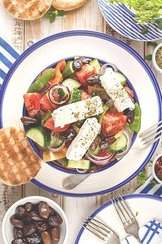 The summer is here and it's the right time for a fresh and healthy salad! I'm here for you with the best traditional greek salad recipe. Ready in less than 10 minutes! Enjoy it cool and fresh! Traditional Greek Salad, Tomato Relish, Recipe Ready, Greek Salad Recipes, Cucumber Salad, Stuffed Green Peppers, Healthy Salads, Sauce Recipes, Potato