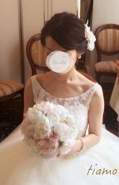 シニヨン&サイドダウン♡美人花嫁さまのフェミニンな2スタイル | 大人可愛いブライダルヘアメイク 『tiamo』 の結婚カタログ