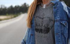 Camiseta de abicyclette y collar de suiteblanco