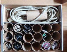 Récup boîte vide + rouleaux de papier toilette. Pratique pour ranger câbles en tout genre.