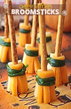 If you're looking for a quick and tasty Halloween treat, then you definitely need to make these cheesy witches broomsticks ! If you're looking for a quick and tasty Halloween treat, then you definitely need to make these cheesy witches broomsticks ! Recetas Halloween, Soirée Halloween, Halloween Appetizers, Halloween Dinner, Healthy Halloween, Halloween Goodies, Halloween Desserts, Halloween Food For Party, Halloween Treats