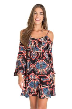 Vestido ombro vazado estampa tribal penas | Dress to
