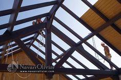 Montaje de estructura de madera para cubierta a 2 aguas de vivienda unifamiliar. navarrolivier.com