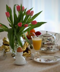 easter White Cottage, Easter, Table Decorations, Breakfast, Home Decor, Wood Grain, Morning Coffee, Decoration Home, Room Decor