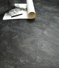 Un intérieur chic et design avec ce sol vinyle en dalles clipsables ou adhésives, imitation ardoise naturelle. #sol #ardoise #deco