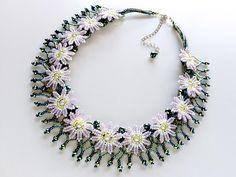 手作りbeads accessoryの『カザリ咲色』さん ビーズのお花の首飾り