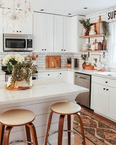 Mid-century modern kitchen, with all white cabinets. (Modern decor house interior design, modern decor inspiration design trends, modern decor inspiration kitchen, modern home decor dining room. Küchen Design, House Design, Design Ideas, Design Blogs, Design Trends, Home Interior, Interior Design, Kitchen Interior, Classic Kitchen