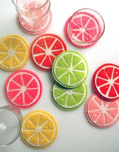 These felt coasters make me happy. If you are feeling crafty head on over to Purl Bee to see how to make them! Purl Bee, Cute Coasters, Felt Coasters, Fabric Crafts, Sewing Crafts, Sewing Projects, Diy Projects To Try, Craft Projects, Felt Projects