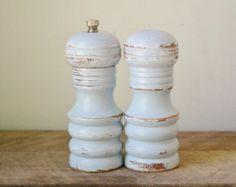 Kleine rustikale Shabby Chic Pastell blau Salz- und Pfefferstreuer Mühlen /