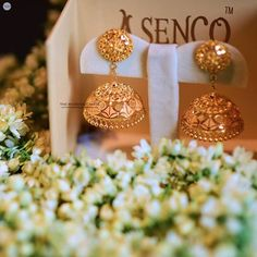 The Wedding Canvas ( Gold Jhumka Earrings, Indian Jewelry Earrings, Gold Bridal Earrings, Bridal Bangles, Jewelry Design Earrings, Gold Earrings Designs, Bridal Jewelry, Earings Gold, Jhumka Designs