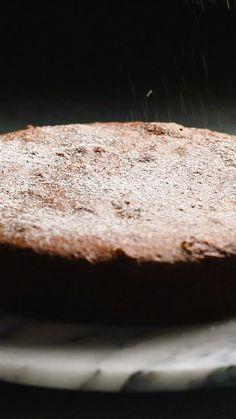 Ces trois recettes ont trois points communs : 1) ce sont des gâteaux italiens, 2) ils sont délicieux, 3) ils sont gluten-free ! Du gâteau à l'orange à la polenta, au gâteau au citron et à la ricotta (avec un ingrédient surprenant !) en passant par la torta caprese, tu vas avoir l'embarras du choix pour faire plaisirs à tout le monde, intolérants au gluten ou non. Tasty Videos, Food Videos, Gluten Free Recipes, Holiday Recipes, Cooking Recipes, Yummy Food, Sweets, Snacks, Polenta