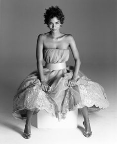 Halle Berry, por Ruven Afanador. This is my all time favorite hairstyle and dress ever sported by HB.
